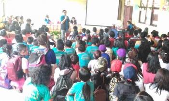 Ketua Badan Narkotika Kabupaten Gunung Mas Rony Karlos menyosialisasikan bahaya narkotika kepada para pelajar SMPN 6 Kurun, Jumat (31/3/2017).