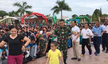 Dandim 1014/Pangkalan Bun, Letkol Inf Wisnu Kurniawan (baju loreng) menari manasai di Bundaran Pancasila bersama ribuan peserta se-Kobar.