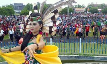 Pemecahan rekor Muri Tari Manasai dengan jumlah peserta terbanyak di Bundaran Besar, Palangka Raya, Jumat (31/3/2017).