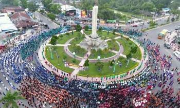 Ribuan warga memadati kawasan Bndaran Pancasila Pangkalan Bun untuk menari manasai, Jumat (31/3/2017).