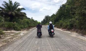 Jalan Pangkalan Bun - Kumai yang melintasi Pangkalan TNI AU Iskandar, Pangkalan Bun.