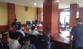 Suasana rapat dengar pendapat antara warga Desa Tahujan Ontu dan jajaran Komisi A DPRD Kabupaten Murung Raya, Jumat (31/3/2017).