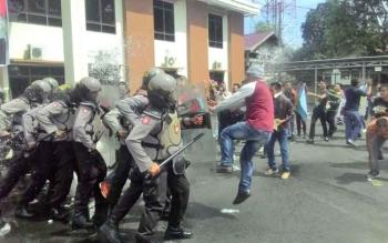 Demonstran semakin Bringas sampai melompat menendang tameng pasukan hura hara Dalamas Polres Kapuas Jumat(31/3/2017)