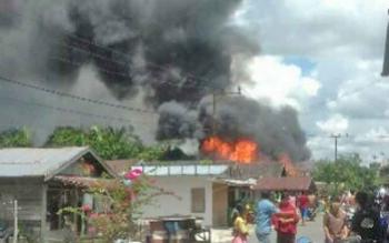 Kepulan api dan asap yang membakar tiga buah rumah warga di Desa Ramban, Kecamatan Mentaya Hilir Utara, Kotim, Jumat (31/3/2017).