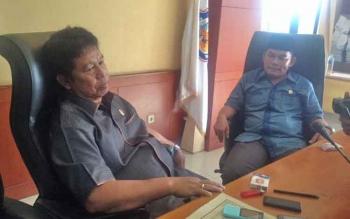 Ketua Komisi A DPRD Kabupaten Mura Rimluk S. Bohoy (kiri) didampingi anggota Komisi A DPRD, Rahmanto saat memberi keterangan sesudah Rapat Dengar Pendapat di ruang pleno DPRD Mura, Jumat (31/3/2017).