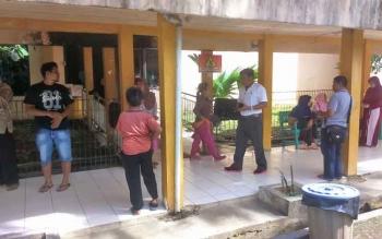 Keluarga Mawar saat menunggu korban menjalani visum di RSUD Muara Teweh