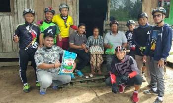 Sejumlah anggota Seruyan Bike Club berfoto bersama seusai menyerahkan bantuan sembako kepada salah satu warga miskin di Desa Persil Raya, Kecamatan Seruyan Hilir, Jumat (31/3/2017).