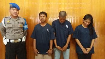 Anggota Polres Kotim memperlihatkan ketiga tersangka sabu