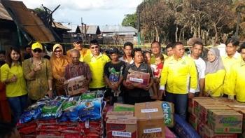 Pengurus DPD Golkar Kotim menyerahkan bantuan untuk korban kebakaran di Desa Ramban