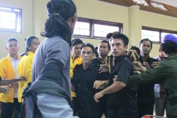 Foto eksklusif salah satu momen dimana mahasiswa diduga mengalami pemukulan saat audiensi di Rektorat Universitas Palangka Raya, Sabtu (1/4/2017)