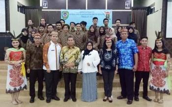 Bupati Seruyan Sudarsono (empat dari kiri) didampingi istri Ratna Mustika saat foto bersama pengurus IKPMS Yogyakarta periode 2016-2017.