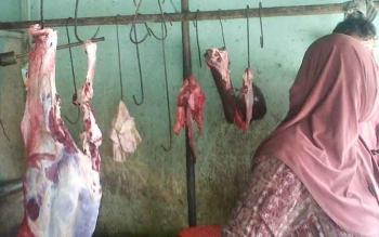 Daging sapi di Pasar Kasongan Kabupaten Katingan masih dijual mahal. Tampak penjual daging sapi di Pasar Kasongan sibuk melayani pembeli, Minggu (2/4/2017).