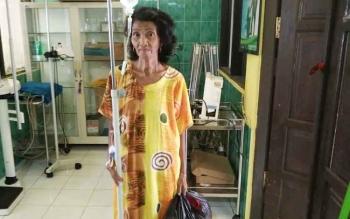 Nenek Wati saat berada di ruang perawatan khusus RSUD Muara Teweh.