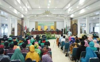 Suasana Wisuda Sarjana XII STAI Siti Khadijah Muara Teweh, di gedung Balai antang Muara Teweh.