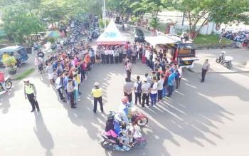 Sejumlah masyarakat antusias mendengarkan sosialisasi penerimaan anggota polri di Stadion 29 November Sampit, Minggu (2/4/2017).