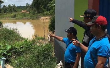 Aparat Desa Umpang menunjukkan areal yang menjadi usulan mereka dijadikan jembatan.