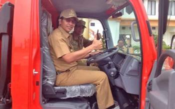 Bupati Mura Perdie M Yoseph saat menaiki mobil tangki air bantuan dari BNPB pada acara serah terima dihalaman kantor Bupati Mura, Senin (3/4/2017).