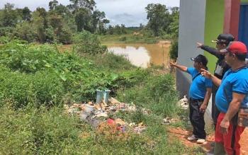 Warga menunjukkan lokasi sungai yang diwacanakan akan dibangun jembatan di desa Umpang.