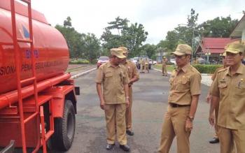Bupati Murung Raya saat melihat mobil tangki bantuan dari BNPB, Senin (3/4/2017)