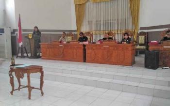 Juru Bicara Fraksi PDIP Elvi Esi menyampaikan pedapat akhir terhadap delapan Raperda pada rapat paripurna DPRD Gunung Mas, Senin (3/4/2017)