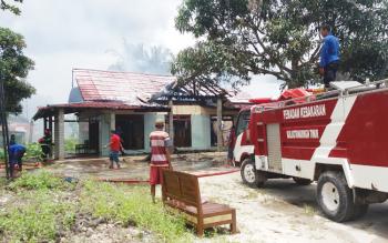Sebuah rumah di Jl HM Arsyad Km 1,5, Sampit, terbakar, Senin (3/4/2017).