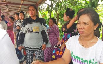 Anak dan istri korban terlihat sedang menangis saat menyaksikan rumahnya dilahap si jago merah, Senin (3/4/2017).