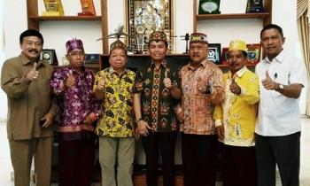 Para damang seluruh Kota Palangka Raya foto bersama dengan Ketua DAD Kalteng, H Agustiar, Senin (3/4/2017)