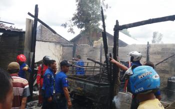 Sejumlah petugas Damkar dan masyarakat berusaha memadamkan api yang menghanguskan rumah Haji Lukman, di Sampit, Senin (3/4/2017l.