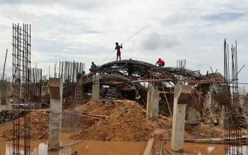 Sejumlah pekerja mengurai kerangka besi tugu alun-alun yang ambruk, Senin (3/4/2017)