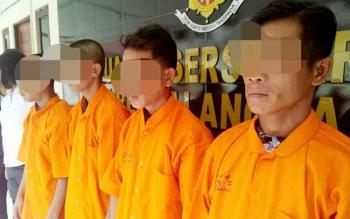 War (kanan), seorang dari empat tersangka pelaku pemerkosaan bergilir ternyata telah memiliki cucu. Di samping War ialah Har, Ek, dan Ri.