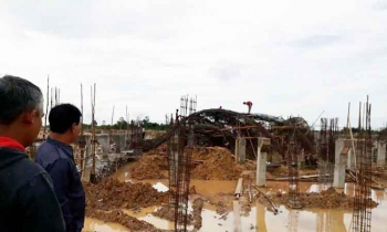 Wakil Ketua Komisi III DPRD Lamandau, M Ramlan saat mengecek rangka besi tugu Alun-alun yang ambruk, Senin (3/4/2017).