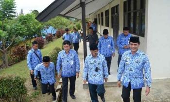 Wakil Bupati Barito Utara Ompie Herby berserta jajarannya saat memantau UNBK di SMKN 1 Muara Teweh