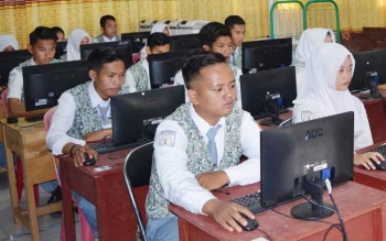 Para siswa saat mengikuti UNBK di SMKN 1 Muara Teweh