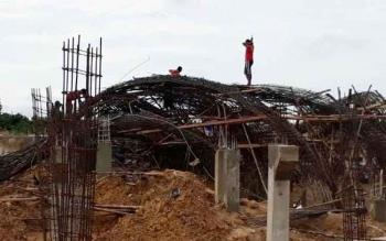 Tampak pekerja saat mengurai kerangka besi tugu alun-alun Kota Nanga Bulik, Kabupaten Lamandau, Kalimantan Tengah, yang ambruk, Senin (3/4/2017)