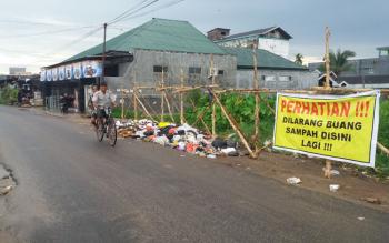 Kawasan Jalan DI Panjaitan Selatan, Kota Sampit, Kabupaten Kotawaringin Timur, dipenuhi tumpukan sampah, Senin (3/4/2017). Padahal, larangan membuang sampah jelas terlihat.