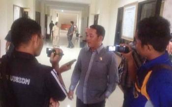 Anggota Komisi A DPRD Kabupaten Murung Raya Rahmanto memberikan keterangan kepada wartwan seusai rapat dengan pendapat di DPRD, Senin (3/4/2017).