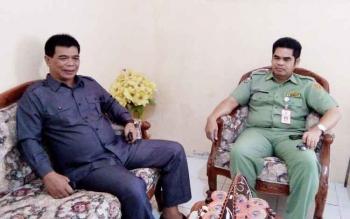 Wakil Ketua Komisi III DPRD Lamandau, M. Ramlan, saat berbincang dengan Kadis PUPR Lamandau, Ray Paskan, Senin (3/4/2017).