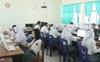 Meski tidak lagi menjadi penentu kelulusan, tampak sejumlah siswa SMK serius mengerjakan ujian nasional berbasis komputer.