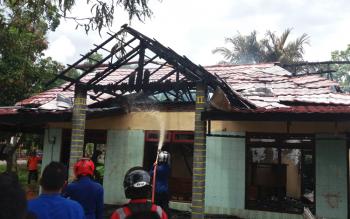 Sejumlah petugas pemadam kebakaran sedang berusaha memadamkan api yang membakar rumah di Jl HM Arsyad Km 1,5, Kecamatan Mentawa Baru Ketapang, Kabupaten Kotawaringin Timur (Kotim).