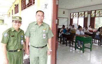 Tampak Sekretaris Daerah (Sekda) Lamandau, Arifin LP Umbing dan Kepala Dinas Pendidikan dan Kebudayaan (Disdikbud) DR. Meigo basel, saat monitoring UN di SMKN 1 Bulik.