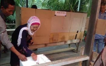 Pemungutan suara pada Pilkades di salah satu desa di Kabupaten Murung Raya beberapa saat lalu.
