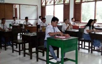Gagal gelar UNBK, tampak siswa SMKN 1 Bulik ikuti UN berbasis pensil dan kertas, Senin (3/4/2017).