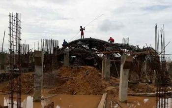 Sejumlah pekerja saat mengurai kerangka besi tugu alun-alun yang ambruk, Senin (3/4/2017)