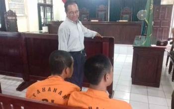 Ilham Wahyudi (17) dan M Fathannur (15) (pakai rompi) saat di Pengadilan Negeri Sampit saat dibincangi penasihat hukumnya.
