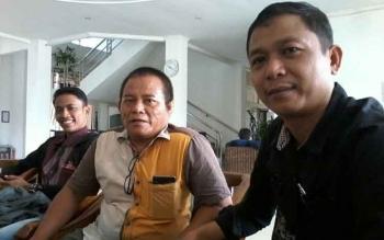 Ketua DPRD Katingan periode 2009-2014 Wiwin Susanto (kanan) saat berbincang dengan sejumlah wartawan di gedung dewan setempat, Senin (3/4/2017)