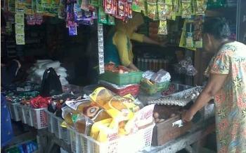 Salah satu toko sembako di Pasar Kasongan yang juga menyediakan bawang merah dan putih selalu ramai dikunjungi warga yang hendak berbelanja, Senin (3/4/2017).