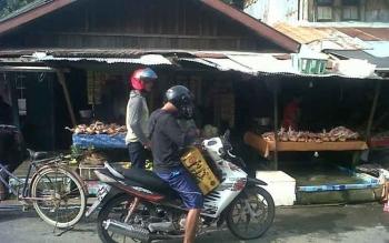 Penjual daging ayam potong di Pasar Kasongan sibuk melayani pembeli, Senin (3/4/2017)