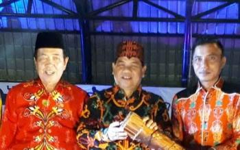 Kepala Disbudpar Kalteng Guntur Talajan, diapit Bupati Kotim Supian Hadi dan Wakil Bupati Kotim Taufiq Mukri (kiri), saat membuka acara FBHH di Taman Kota Sampit, Sabtu (1/4/2017).