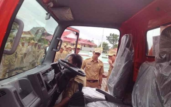 Bupati Murung Raya, Perdie M Yoseph melihat tangki air bantuan dari BNPB