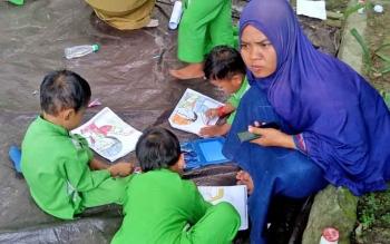 Anak-abak TK Perwanida saat mengikuti kegiatan menggabar di halaman Dinas Perpustakaan dan Kearsipan (DPK) Sukamara.